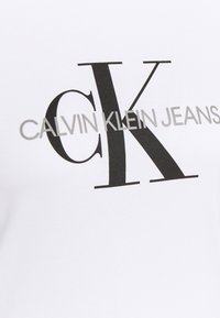 Calvin Klein Jeans Plus - MONOGRAM LOGO REG FIT TEE - T-shirt imprimé - bright white - 4