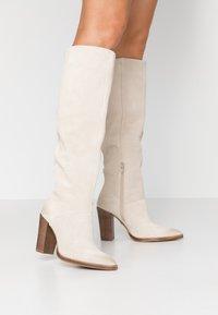 Bronx - NEW AMERICANA - Kozačky na vysokém podpatku - sand - 0