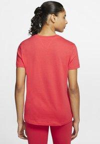 Nike Sportswear - TEE NOVEL - T-shirts med print - track red/white - 2