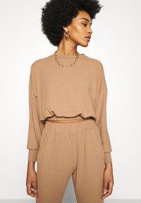 New Look - ELASTIC HEM SET - Sweatshirt - camel - 5