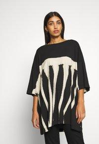 Weekday - HUGE DRESS - Žerzejové šaty - black tie dye - 0