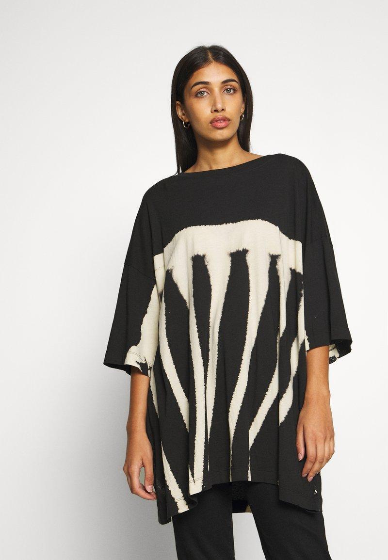Weekday - HUGE DRESS - Žerzejové šaty - black tie dye