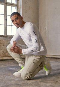 Tommy Hilfiger - UNISEX LEWIS HAMILTON LONG SLEEVE - Langærmede T-shirts - white - 4