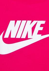 Nike Sportswear - TEE - Camiseta estampada - fireberry/white - 5