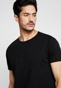 Selected Homme - SLHMORGAN O-NECK TEE - Basic T-shirt - black - 4