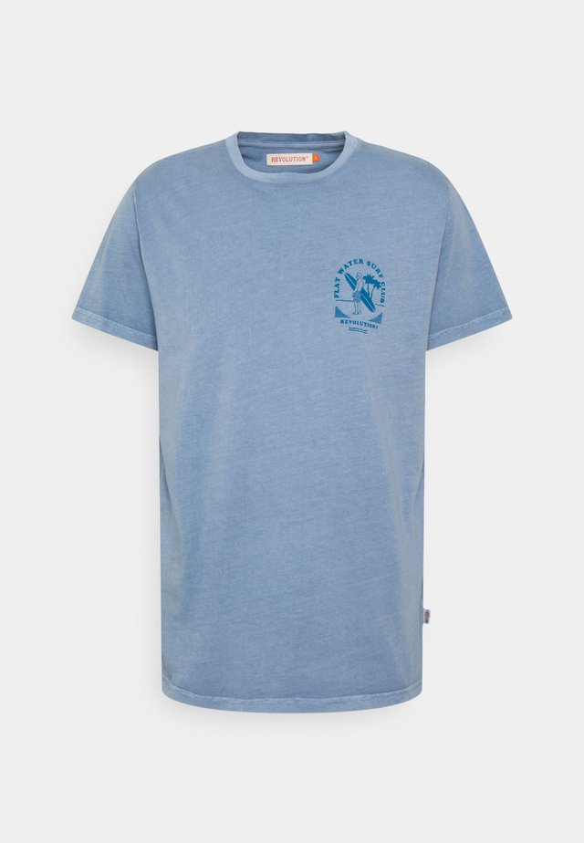 REGULAR - T-shirts med print - blue
