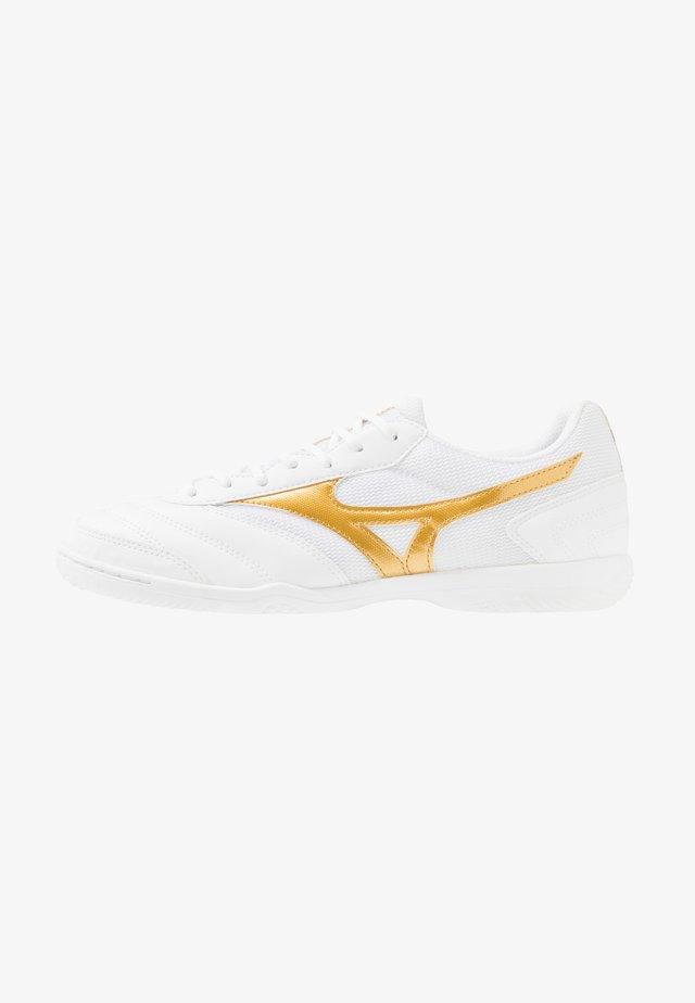 MRL SALA CLUB IN - Botas de fútbol sin tacos - white/gold