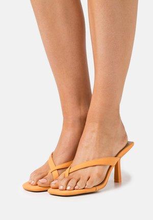 RILANNA - Pantofle na podpatku - orange