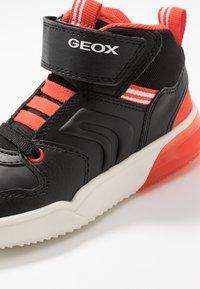 Geox - GRAYJAY BOY - Sneakersy wysokie - black/dark orange - 6