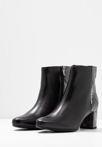 Peter Kaiser Wide Fit - WIDE FIT BABSI - Ankle boots - schwarz glove/carbon - 4