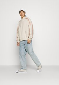 Levi's® - FASHION HOODIE UNISEX - Sweater - sahara khaki - 1