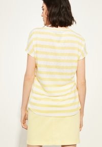 comma casual identity - KURZARM - Print T-shirt - light yellow stripes - 2