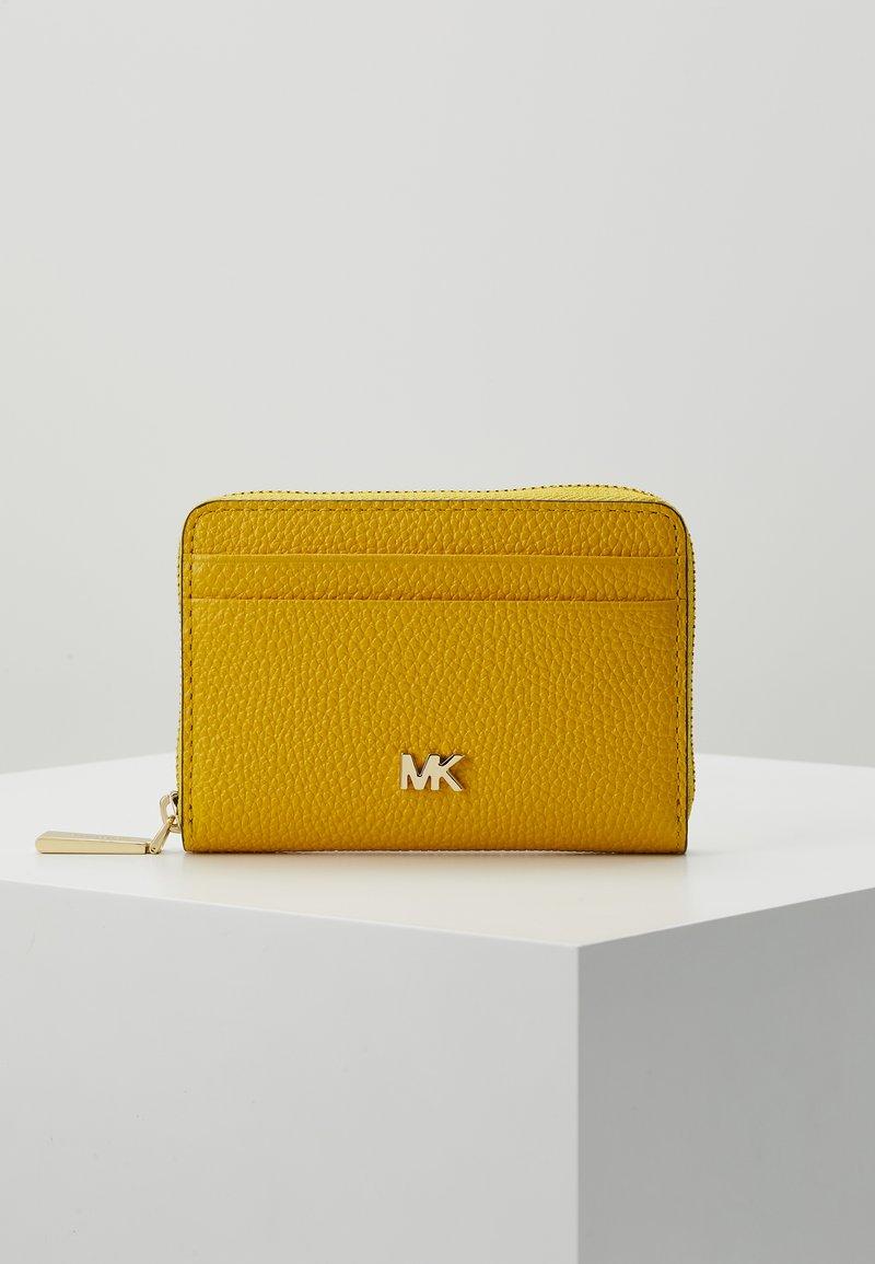 MICHAEL Michael Kors - COIN CARD CASE MERCER - Peněženka - sunflower