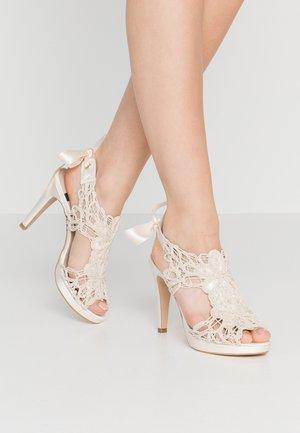 Sandály na vysokém podpatku - hator