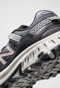 New Balance - 410 V6 - Kävelykengät - black/grey - 5