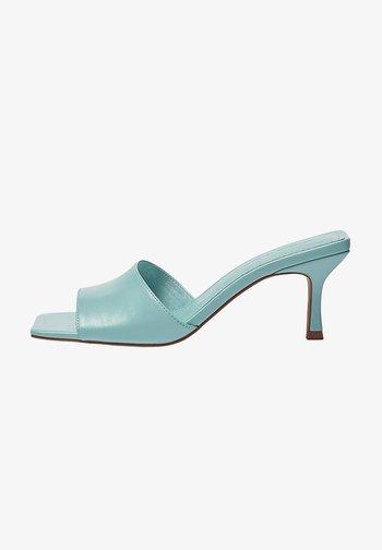 MIT KASTENFÖRMIGER ZEHENPARTIE - Pantofle na podpatku - light blue