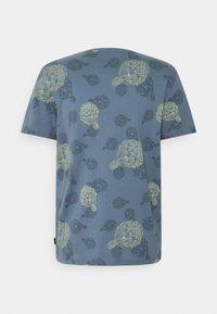 Jack & Jones PREMIUM - JPRARTI POCKET TEE - T-shirt med print - china blue - 1