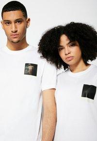 Lacoste - POLAROID UNISEX  - T-shirt print - white - 4