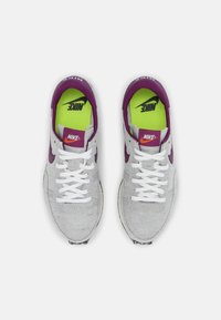 Nike Sportswear - CHALLENGER OG UNISEX - Trainers - white/grey/dark red - 5