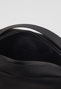 Rains - BOX BAG - Håndveske - black - 4