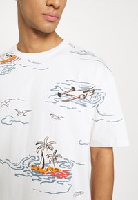 Scotch & Soda - ALLOVER TEE - T-shirt con stampa - off-white - 6