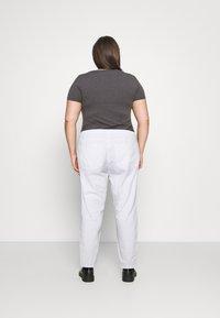 Noisy May Curve - NMISABEL MOM - Džíny Straight Fit - bright white - 2