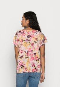 Vero Moda Petite - VMGIGI TOP PETITE - Print T-shirt - sepia rose - 2