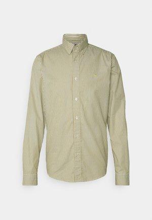 REGULAR FIT STRIPED OXFORD - Camisa - beige