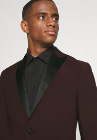 Isaac Dewhirst - THE TUX - Kostym - bordeaux - 6