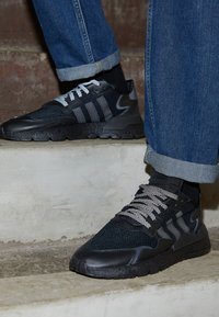 adidas Originals - NITE JOGGER - Sneakers laag - core black - 2