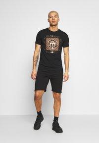 Glorious Gangsta - VASILI  - T-shirt z nadrukiem - black - 1
