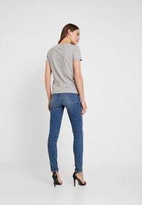 Guess - CREW NECK SS - T-shirt z nadrukiem - stone heather grey - 2