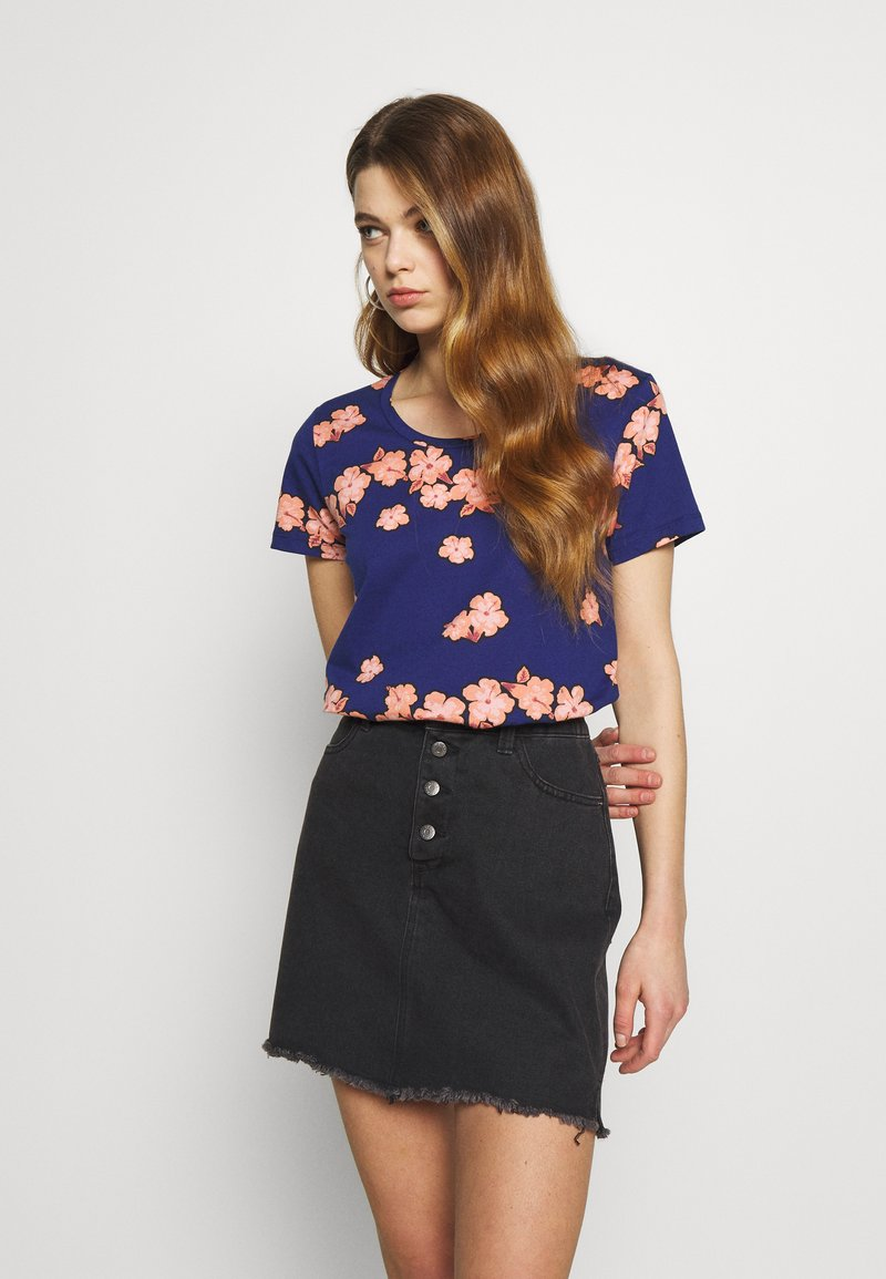 Scotch & Soda - PRINTED BOXY FIT TEE - T-shirts med print - blue/pink
