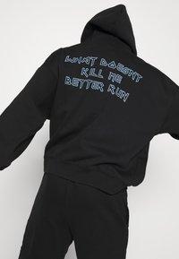 WRSTBHVR - BETTER RUN HOODIE UNISEX - Sweatshirt - black - 4