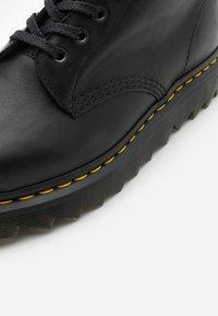 Dr. Martens - PASCAL ZIGGY - Veterboots - black luxor - 5