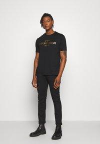 Emporio Armani - T-shirt z nadrukiem - nero - 1