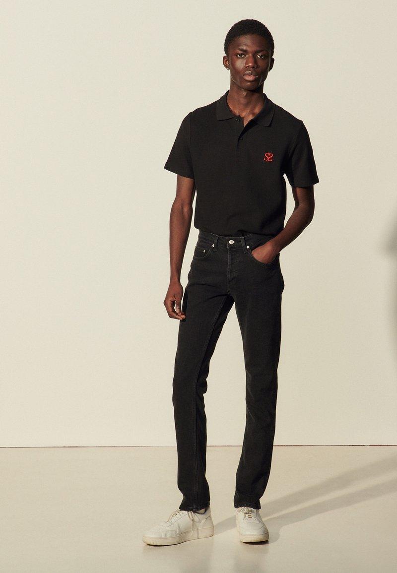 sandro - SLIM - Slim fit jeans - black denim