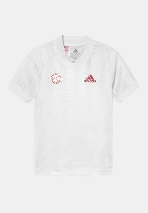 TEE - T-shirt z nadrukiem - white/scarlet