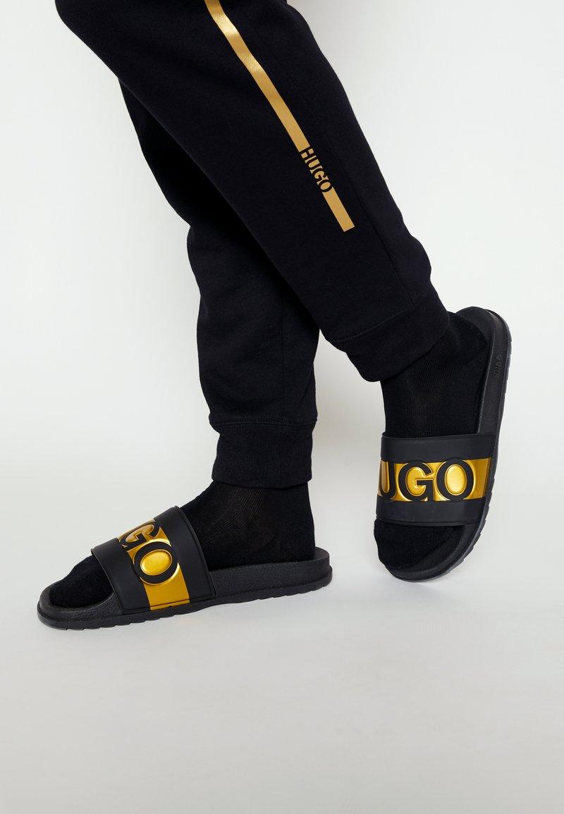 HUGO - MATCH - Pantofle - black/gold