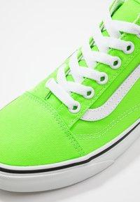 Vans - OLD SKOOL UNISEX - Trainers - neon green gecko/true white - 6