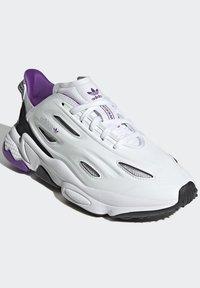 adidas Originals - OZWEEGO CELOX - Sneakers basse - white - 1