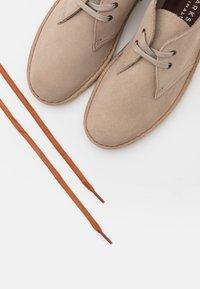 Clarks Originals - DESERT BOOT - Casual lace-ups - sand - 5