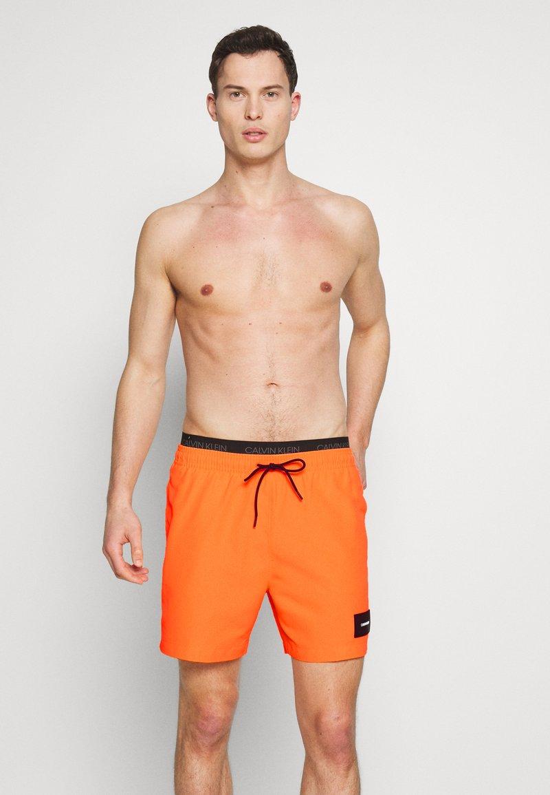 Calvin Klein Swimwear - MEDIUM DOUBLE - Shorts da mare - orange