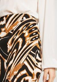 Diane von Furstenberg - KARA - Pouzdrová sukně - abstract wing black - 3