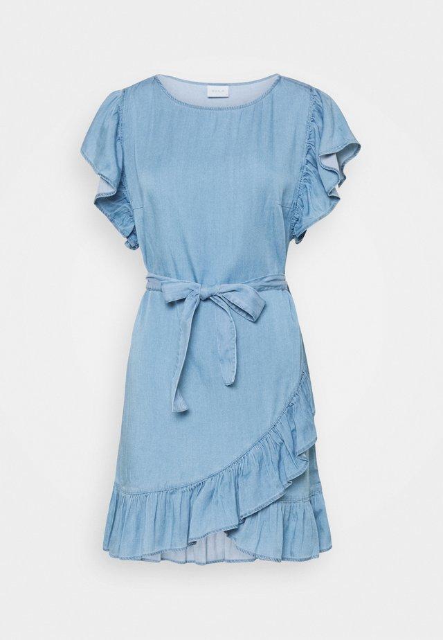 VIGRAZE BISTA CAP SLEEVE DRESS - Vestito di jeans - medium blue denim