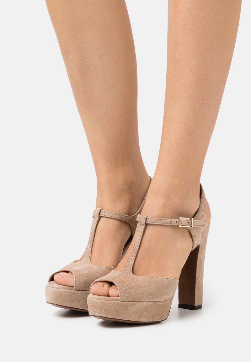 L'Autre Chose - T BAR - Sandalen met plateauzool - beige