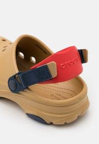 Crocs - CLASSIC ALL TERRAIN CLOG - Zuecos - tan/multicolor - 5