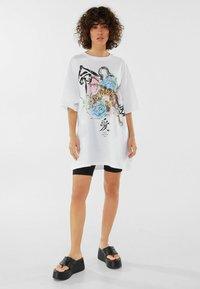 Bershka - MIT TIGERPRINT - Print T-shirt - nude - 1