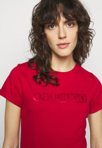 HUGO - THE SLIM TEE - T-shirts med print - medium red - 3