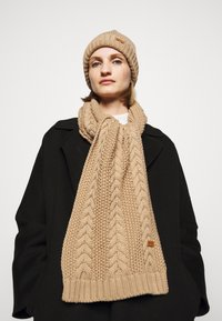 Barbour - CABLE BEANIE SCARF SET - Scarf - camel - 0